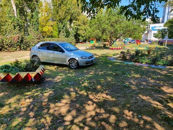 В Волгодонске автохам регулярно паркует авто на газоне
