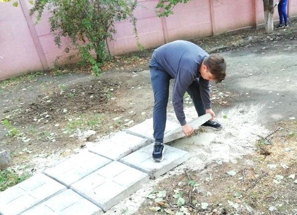 Волонтеры Волгодонска благоустроили территорию для пенсионеров и инвалидов