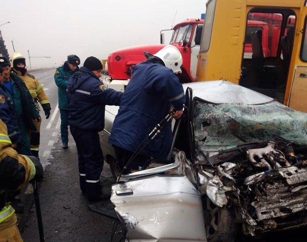 Врачи сражаются за жизнь водителя, пострадавшего в столкновении со школьным автобусом на трассе Ростов – Волгодонск