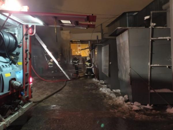 В Морозовске сгорели автомобиль и торговые ларьки