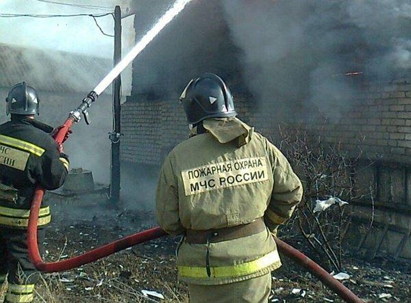 Крупный пожар разгорелся на складе на Дону