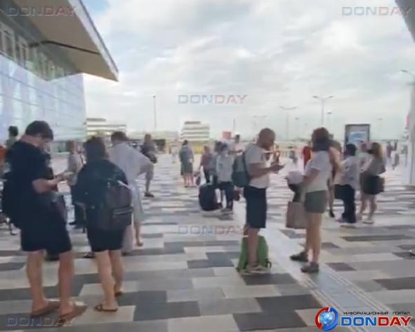 Волгодончанка оказалась эвакуированной из аэропорта Платов из-за сообщения о минировании здания: видео