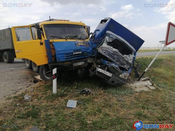 В Зимовниковском районе столкнулись ГАЗель и КамАЗ: погиб пассажир
