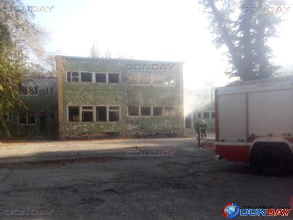 Заброшенное здание бывшего детского сада и отделения Пенсионного фонда загорелось в Волгодонске: видео