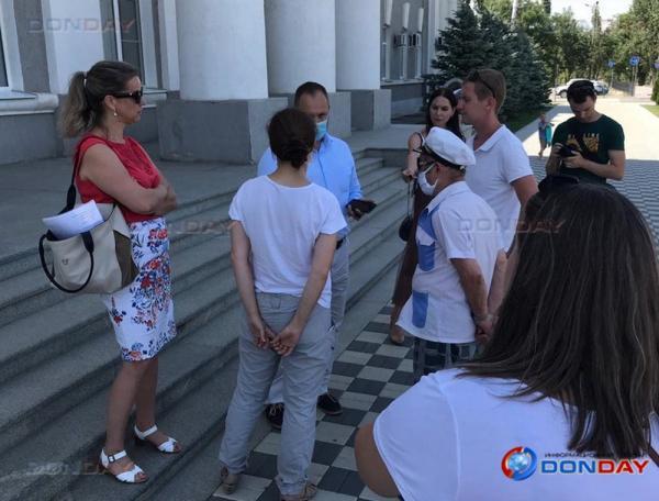 Волгодончанка провела одиночный пикет возле здания администрации