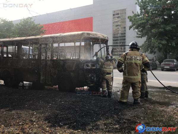 В центре новой части Волгодонска дотла сгорел ПАЗик: видео